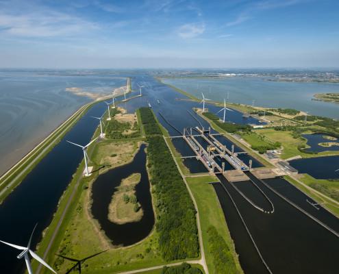 Nederland, Zeeland, Reimerswaal, mei 2014. Kreekraksluis met schepen met de Oesterdam in de achtergrond. Foto: Thomas Fasting